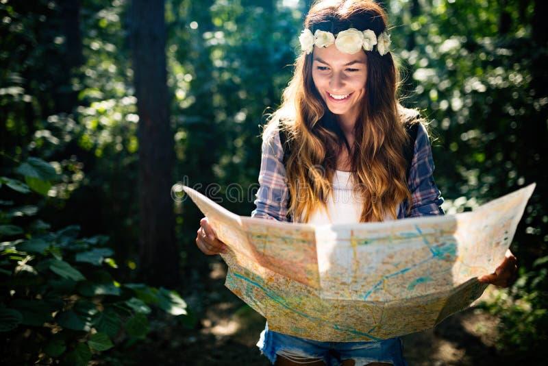 Vrouw die van de Hipstertoerist met kaart, het concept van het levensstijlavontuur de wandelen stock foto's