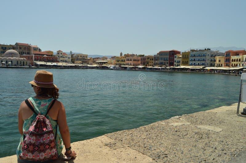 Vrouw die van de Mooie Meningen van de Haven van Chania in Venetiaanse Stijl genieten De Reis van de geschiedenisarchitectuur stock fotografie