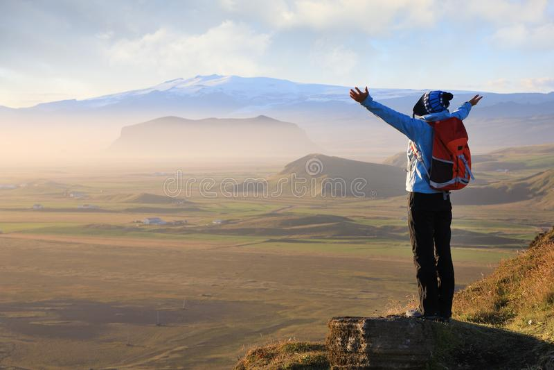 Vrouw die van de schoonheid van het landschap van IJsland genieten stock foto's