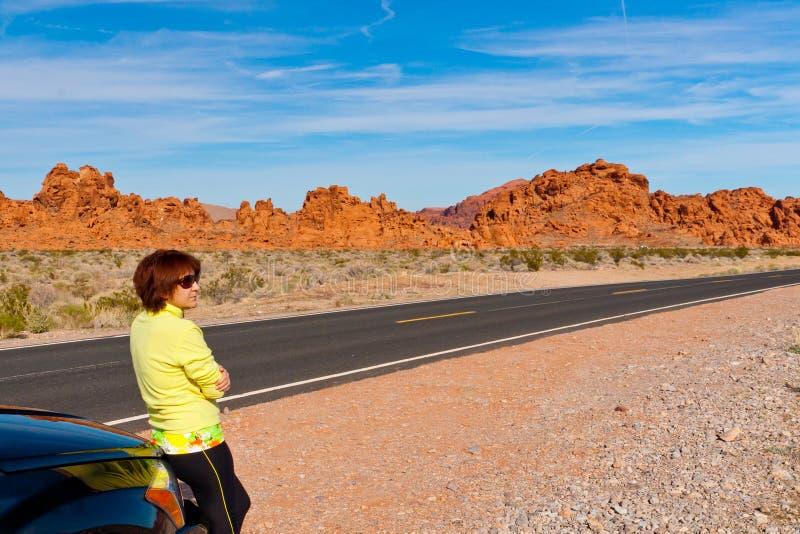 Vrouw die van de toneelmening over wegreis genieten royalty-vrije stock foto's