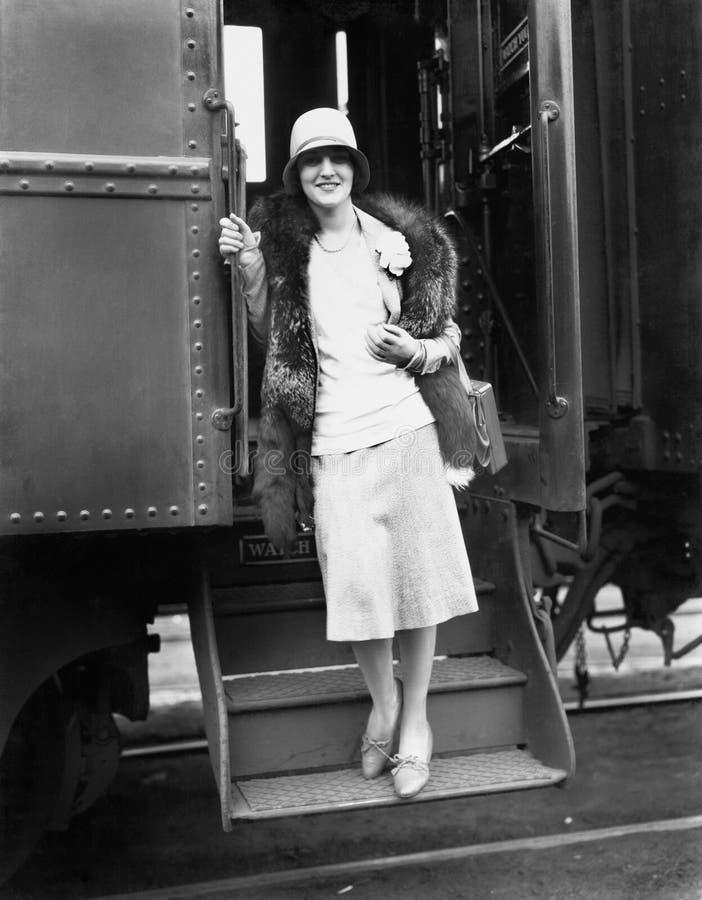 Vrouw die van de trein krijgen (Alle afgeschilderde personen leven niet langer en geen landgoed bestaat Leveranciersgaranties die stock foto