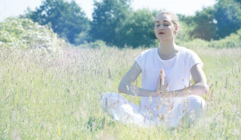 Vrouw die van de Zen de mooie jonge yoga, zachte wijnoogst gestemde gevolgen ademen royalty-vrije stock fotografie