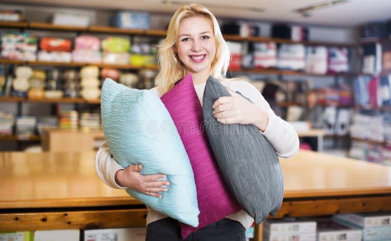 Vrouw die van gekochte huistextiel genieten royalty-vrije stock foto's