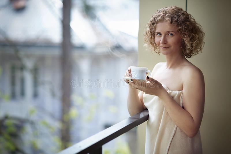 Vrouw die van haar thee geniet stock afbeeldingen