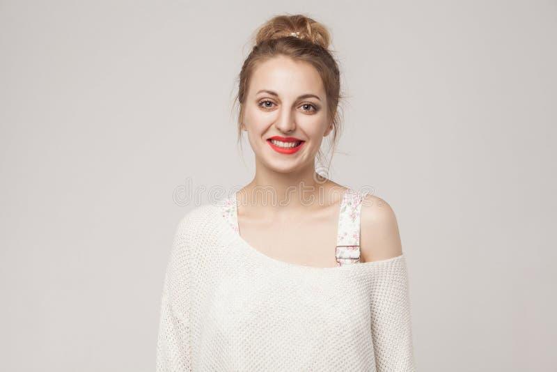 Vrouw die van het geluk de jonge blonde camera en toothy smil bekijken stock afbeeldingen