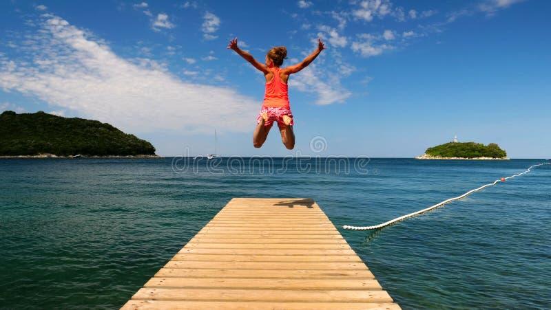 Vrouw die van het ponton springen royalty-vrije stock foto
