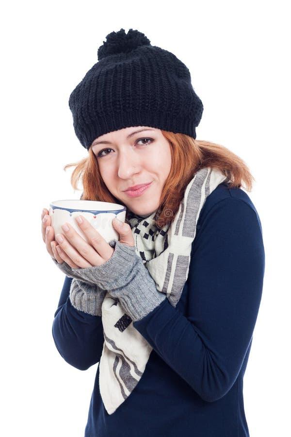 Vrouw die van hete drank genieten stock afbeelding