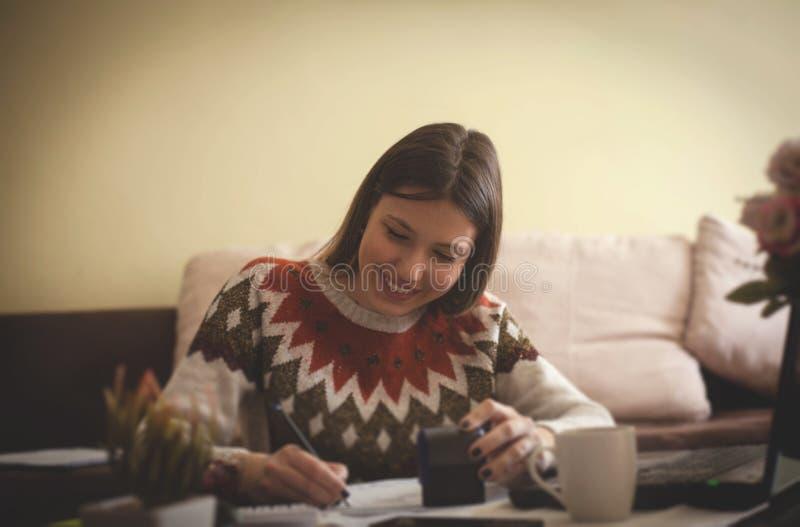 Vrouw die van Huis werkt royalty-vrije stock afbeelding