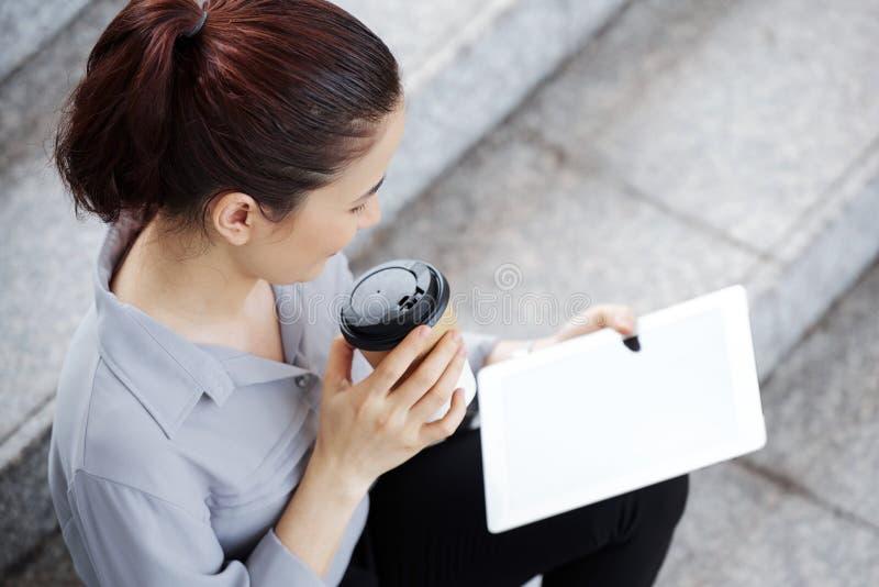 Vrouw die van koffie en goed artikel genieten stock afbeeldingen