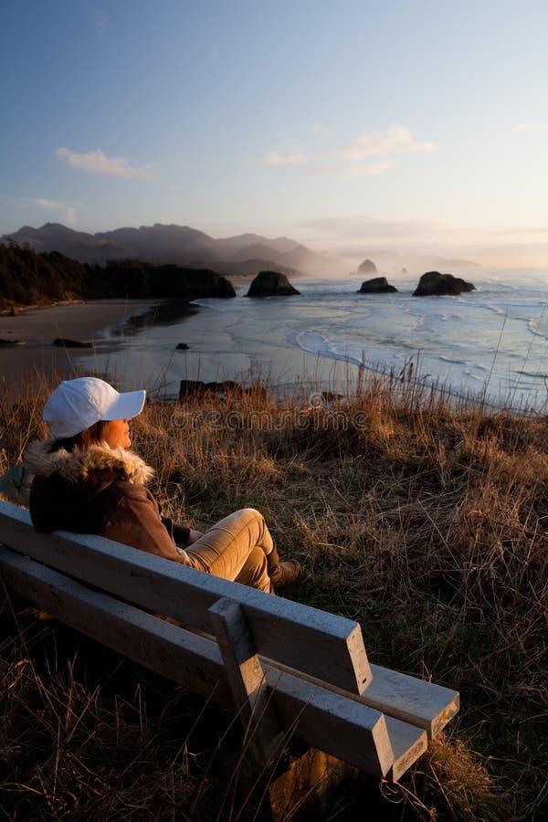 Vrouw die van mening geniet bij de Kust van Oregon stock afbeeldingen