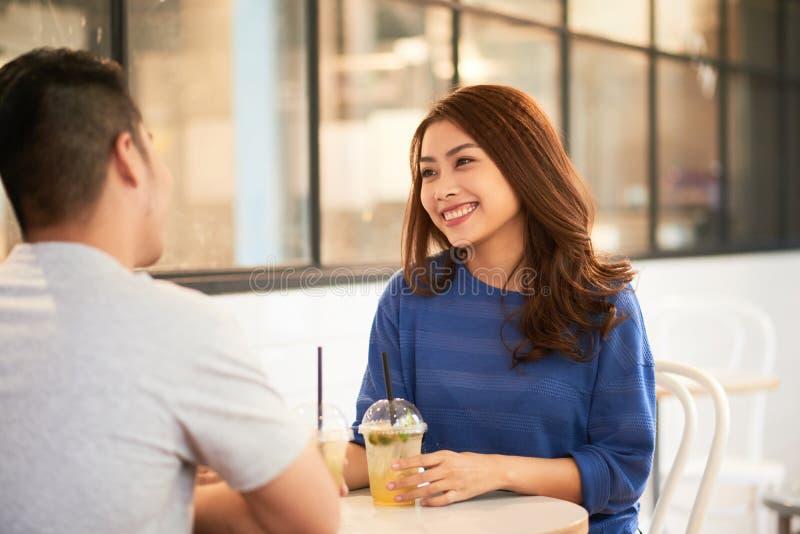 Vrouw die van romantische datum genieten stock foto