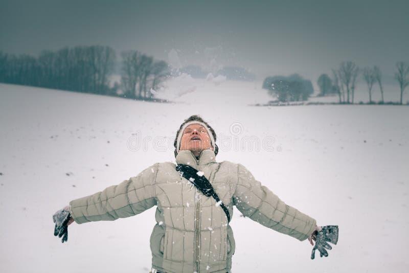 Vrouw die van sneeuw geniet stock afbeeldingen