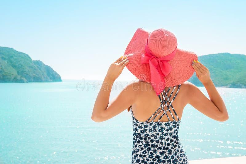 Vrouw die van tropische toevlucht op overzees genieten royalty-vrije stock foto