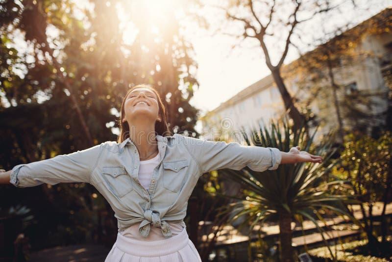 Vrouw die van verse lucht in het park genieten royalty-vrije stock foto