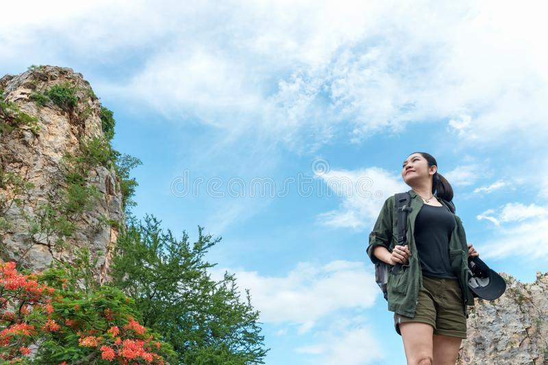 Vrouw die van wandelaarazië zich op bossleep bevinden en weg de kijken Wijfje met rugzak en het kamperen op stijging in aard Blau royalty-vrije stock afbeeldingen