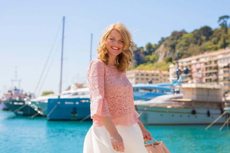 Vrouw die van warme de zomerdag in Franse Riviera genieten royalty-vrije stock foto