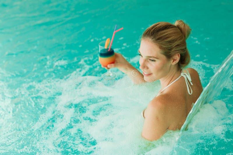 Vrouw die van watergeneeskunde en cocktail genieten royalty-vrije stock fotografie