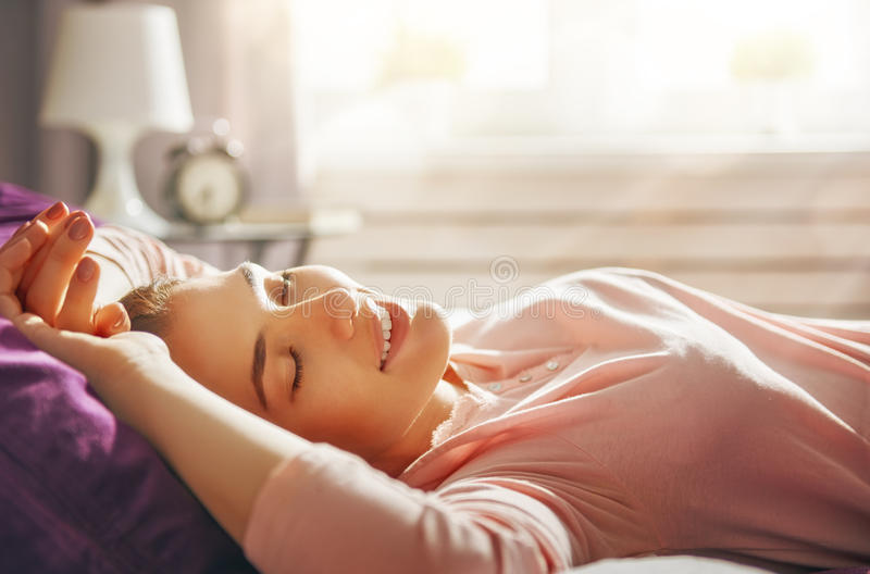Vrouw die van zonnige ochtend genieten royalty-vrije stock afbeelding