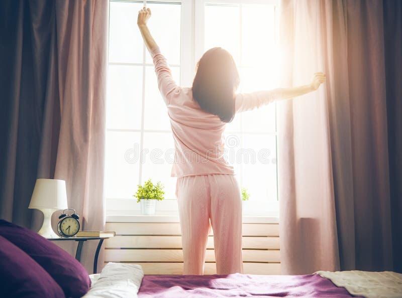 Vrouw die van zonnige ochtend genieten royalty-vrije stock afbeeldingen