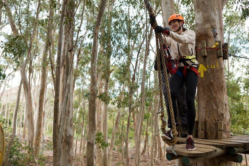 Vrouw die veiligheidshelm dragen die klaar om op pitlijn te beklimmen worden stock fotografie