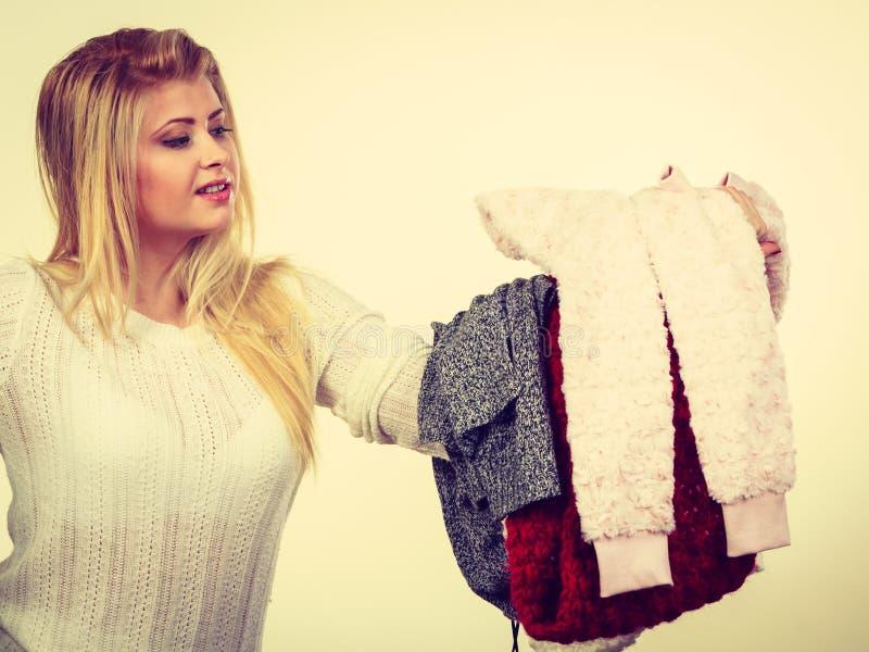 Vrouw die velen houden kleding stock afbeeldingen