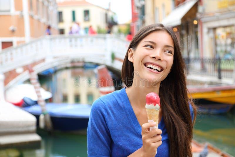 Vrouw die in Venetië, Italië Roomijs eten stock foto's