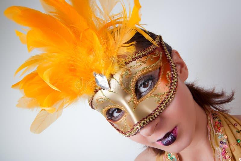 Vrouw die Venetiaans masker draagt stock foto's