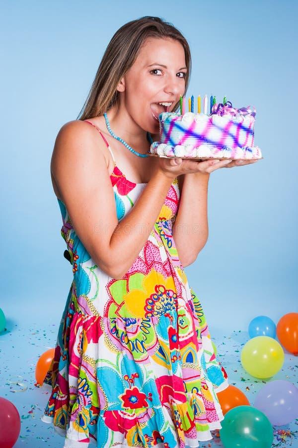 Vrouw die Verjaardagscake eten stock foto's
