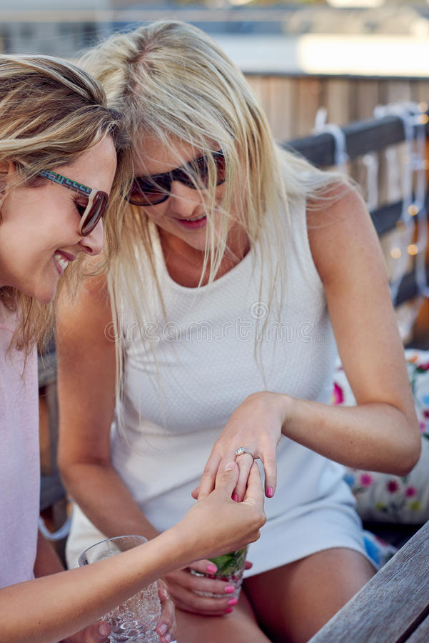 Vrouw die verlovingsring tonen royalty-vrije stock afbeeldingen