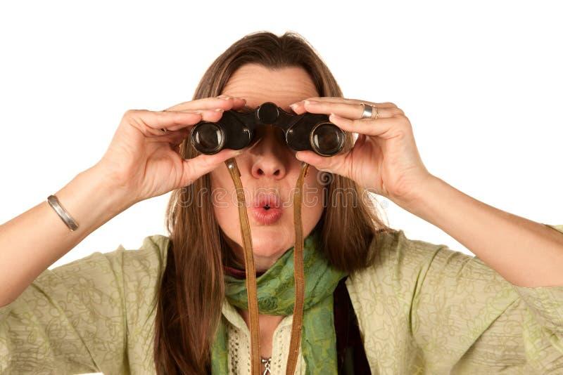 Vrouw die verrekijkers met behulp van stock foto's