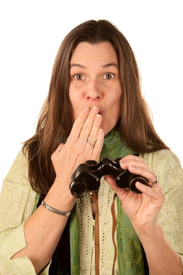 Vrouw die verrekijkers met behulp van stock afbeeldingen