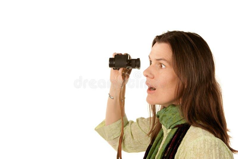 Vrouw die verrekijkers met behulp van royalty-vrije stock afbeeldingen