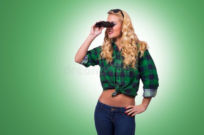 Download Vrouw Die Verrekijkers Met Behulp Van Stock Afbeelding - Afbeelding bestaande uit volwassen, kaukasisch: 39110701