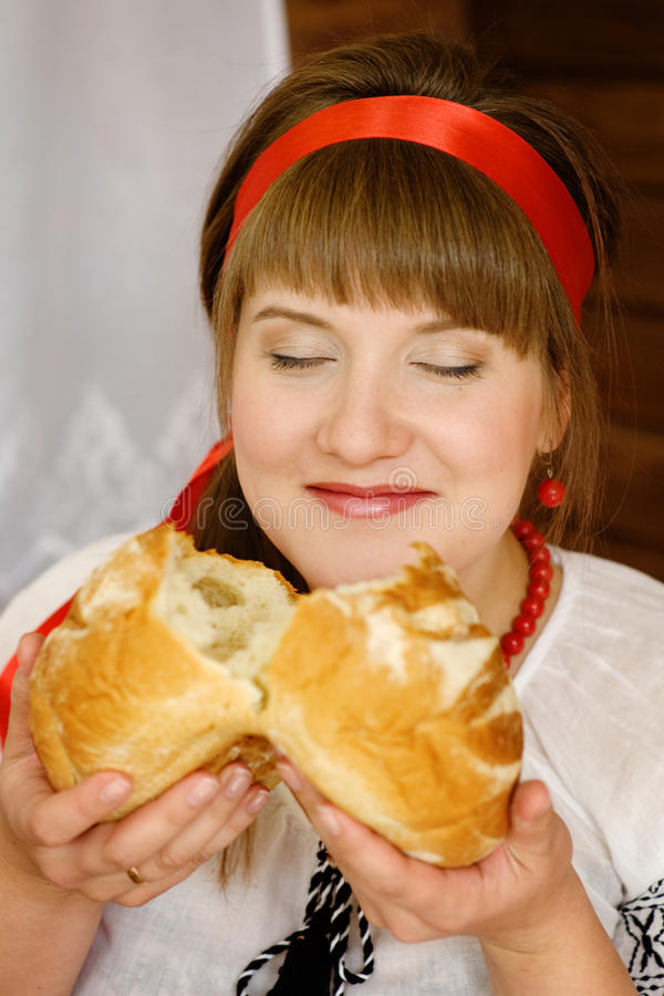 Vrouw die vers gemaakt brood ruiken royalty-vrije stock afbeeldingen