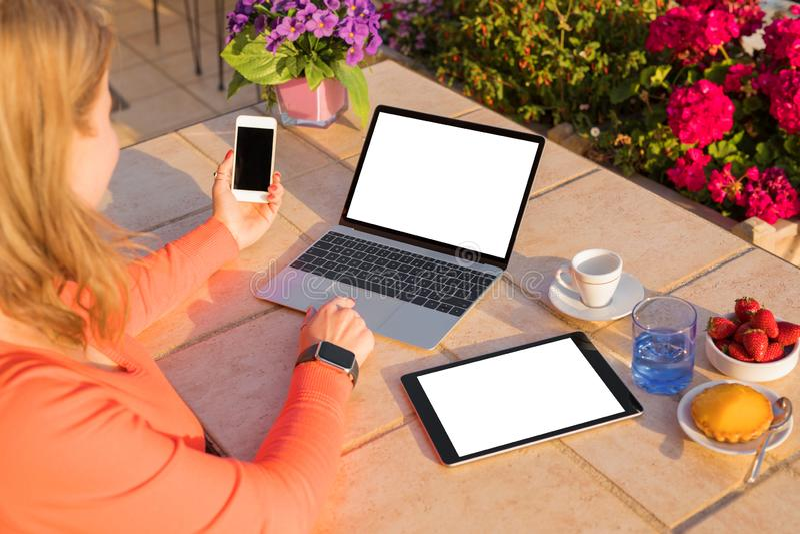 Vrouw die verschillende technologie-apparaten met behulp van royalty-vrije stock foto