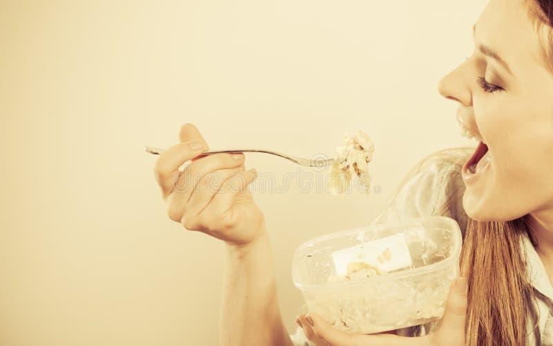 Vrouw die verse groentesalade eten stock foto's