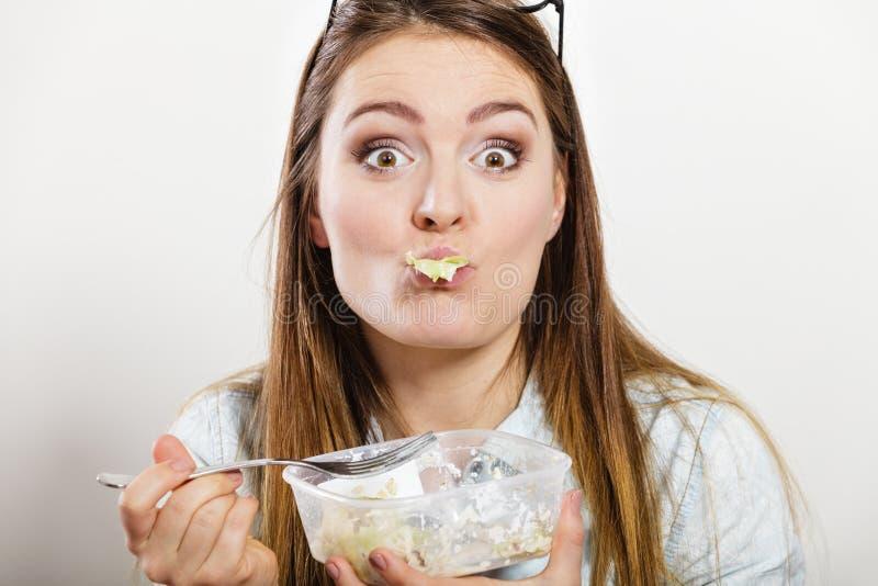 Vrouw die verse groentesalade eten stock afbeeldingen