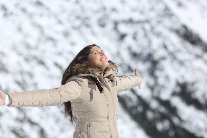 Vrouw die verse lucht in de berg in de winter ademen royalty-vrije stock fotografie