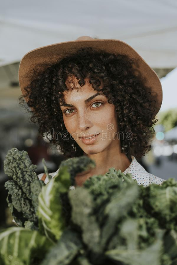 Vrouw die verse organische groente houden royalty-vrije stock foto's