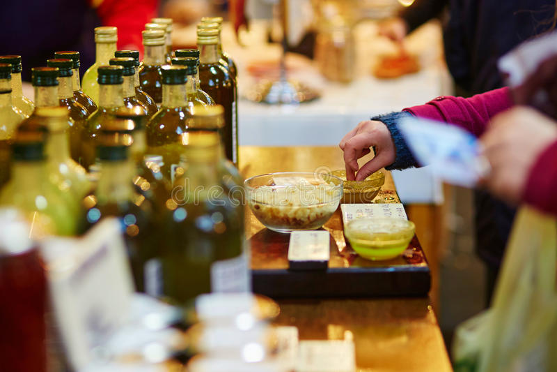 Vrouw die verse organische olijfolie degusting stock afbeelding