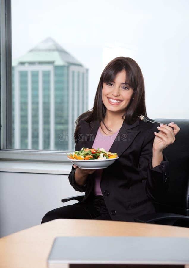 Vrouw die Verse Salade van Groenten heeft stock afbeeldingen