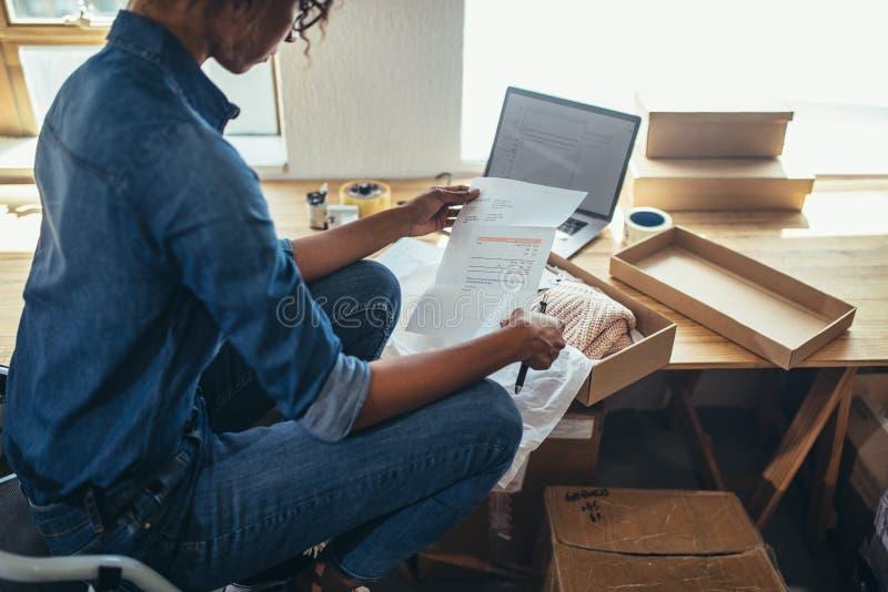 Vrouw die verzending voor levering voorbereiden royalty-vrije stock afbeelding