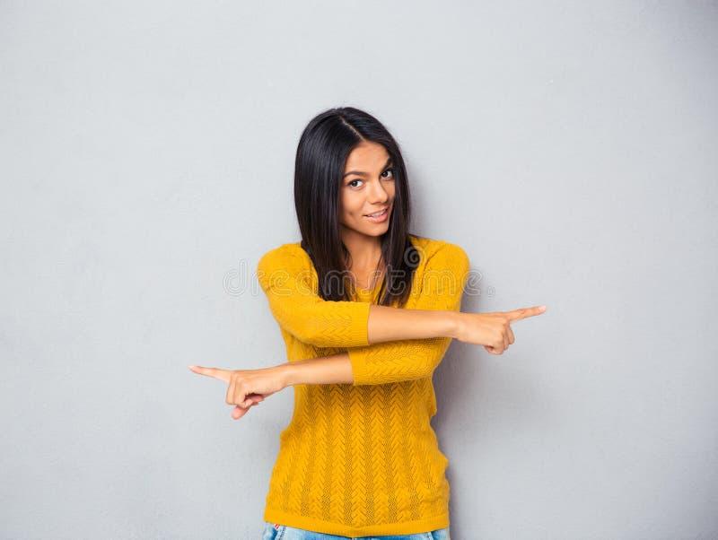 Vrouw die vingers in verschillende richtingen tonen stock foto