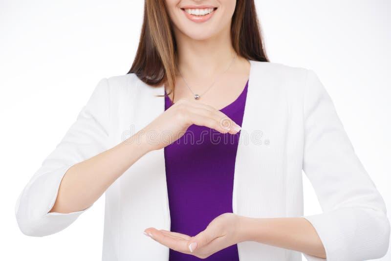 Vrouw die virtueel voorwerp in haar handen houden stock afbeelding