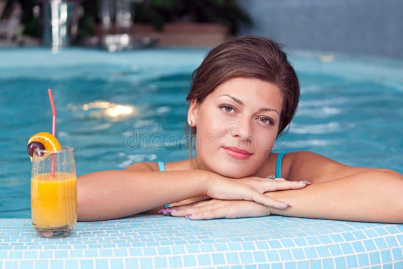 Vrouw die vitamine van dranken in Jacuzzi geniet stock fotografie