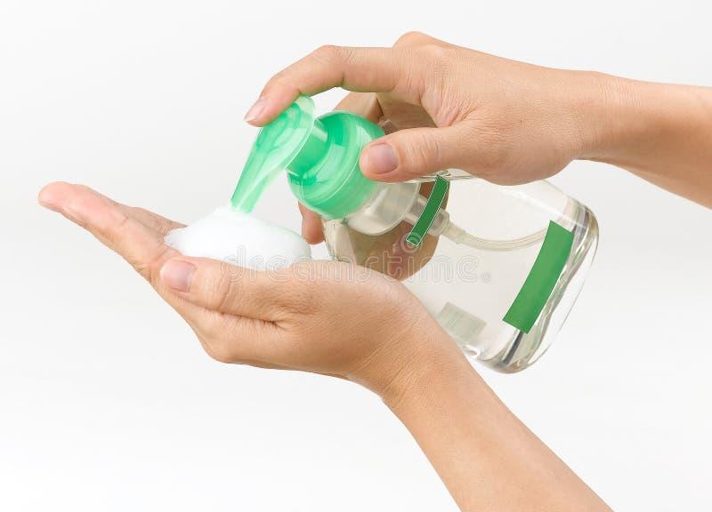Vrouw die vloeibare zeep drukt stock foto