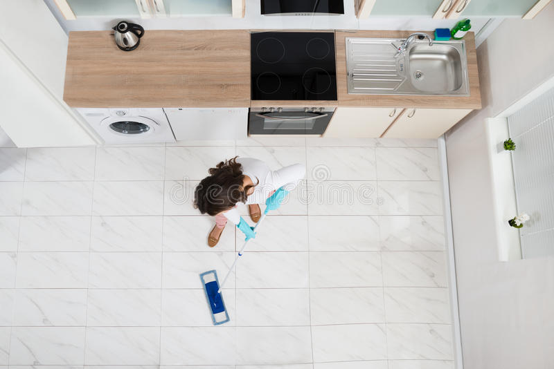 Vrouw die Vloer dweilen stock fotografie