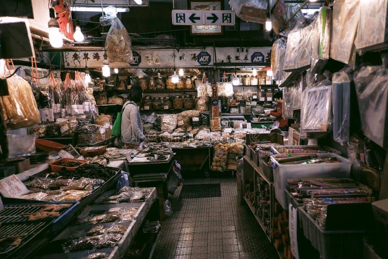 Vrouw die voedselingrediënten kiezen bij lokale markt stock foto