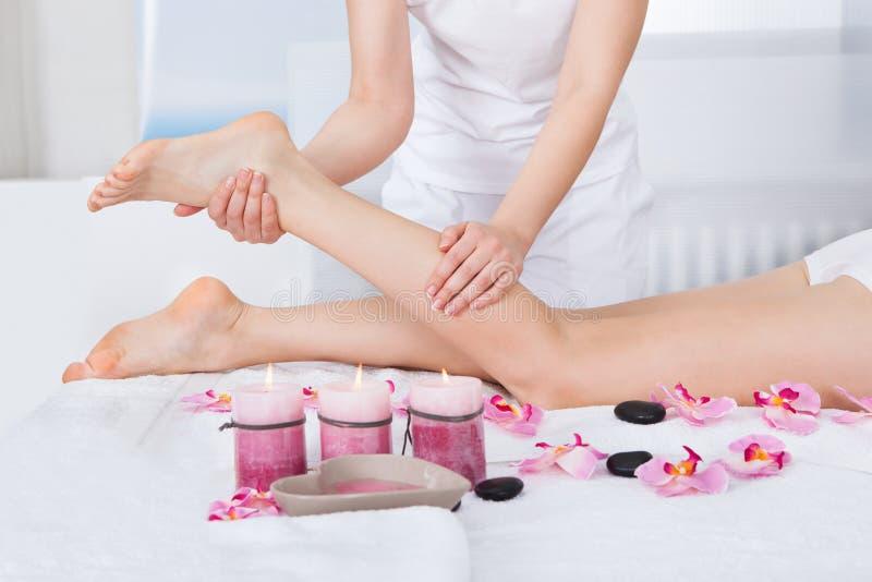 Vrouw die voetenmassage krijgt stock afbeeldingen