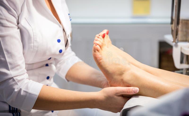 Vrouw die voetmassage krijgen royalty-vrije stock foto's